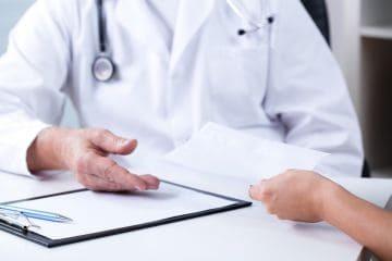 Увольнение во время больничного: можно ли уволить работника, в том числе по собственному желанию, как оформить