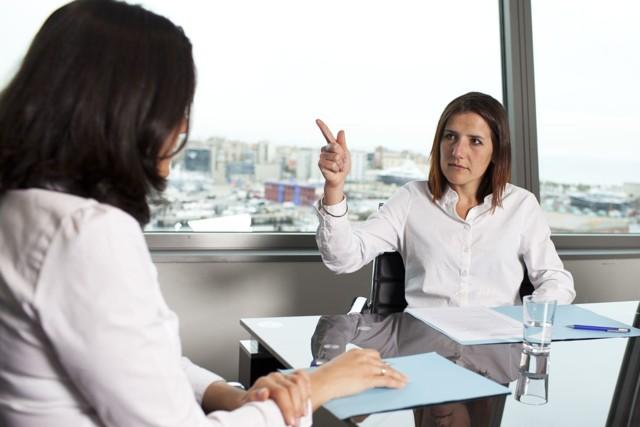 Увольнение за несоответствие занимаемой должности и неоднократное неисполнение трудовых обязанностей: порядок, основания, последствия